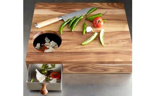 10 шалено зручних кухонних пристосувань: Обробна дошка з висувним ящікомПосле покупки такої обробної дошки проблема з відходами буде вирішена. Все зайве,