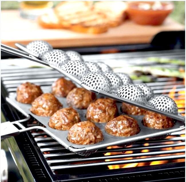 10 шалено зручних кухонних пристосувань: Форма для смаження фрикадельок на грілеЛюбітелі смаженого на вогні м'яса будуть просто в захваті від такої