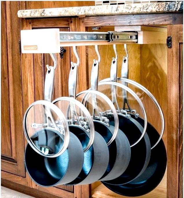 10 шалено зручних кухонних пристосувань: Висувна вішалка для посудиСковороди і каструлі більше не займатимуть багато місця на полицях - їх