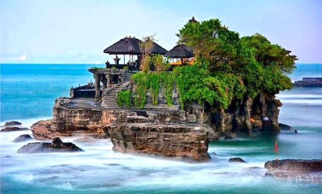 12 речей, які потрібно зробити на Балі: 1. Зустріти захід у храмі на скелі Танах Лот.2. У природних умовах поспостерігати за дельфінами під