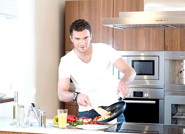 15 фактів про чоловіків: 12. Якщо чоловік приготував для Вас обід і в салаті міститься більше трьох складових, вважайте, що у нього серйозні наміри.
