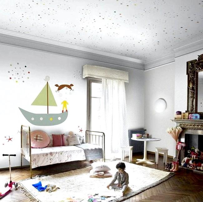 15 ідей для створення казкової дитячої кімнати: Біла дитяча кімната буде виглядати приголомшливо, якщо урізноманітнити її незвичайною розписом - наприклад, корабликом на стіні і дрібними бризками фарби.
