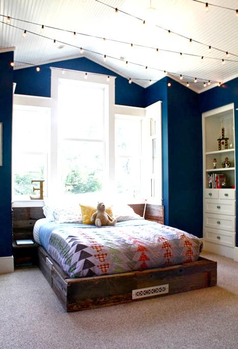15 ідей для створення казкової дитячої кімнати Спокійний і звичайний інтер'єр дитячої можуть урізноманітнити дрібні деталі - наприклад, гірлянди з лампочками, протягнуті під стелею.