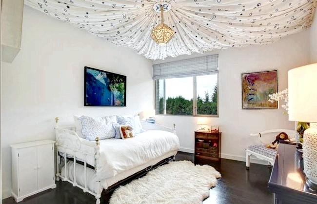 15 ідей для створення казкової дитячої кімнати: Повітряний інтер'єр у світлих тонах - чудовий вибір для дизайну кімнати дівчинки. Затишок створюється за допомогою текстилю молочних, вершкових і
