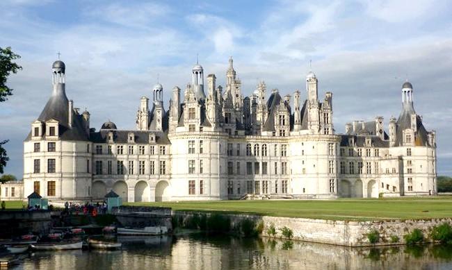 15 місць, що надихнули Діснея на створення їх копій: На створення декорацій до мультфільму «Красуня і чудовисько» дизайнерів і художників надихнув замок Шамбор в долині Луари, Франція. Його