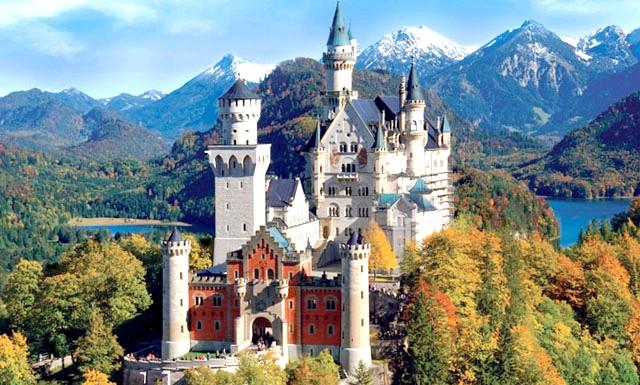 15 місць, що надихнули Діснея на створення їх копій: Замок з мультфільму «Спляча красуня», а також з тематичного парку в Каліфорнії був створений на зразок замку Нойшвайнштайн в Фуссене, Німеччина,