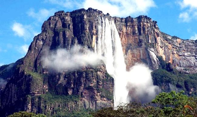15 місць, що надихнули Діснея на створення їх копій: Екранний Райський водоспад в Південній Америці, куди приїжджає Карл, був створений на основі пейзажів захоплюючої краси місцевості в районі водоспаду