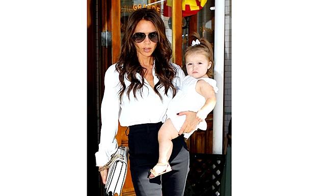 2-річна дочка Вікторії Бекхем сама робить покупки: Харпер Бекхем вже увійшла в список найбільш стильних і модних дітей знаменитостей. Навесні цього року читачі одного з порталів назвали