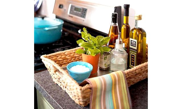 20 простих ідей, як обладнати функціональну кухню: Кошик для бутилок.Чтоби акуратно зберігати пляшки з маслом і соусами, знадобиться низька плетений кошик. Так ємності