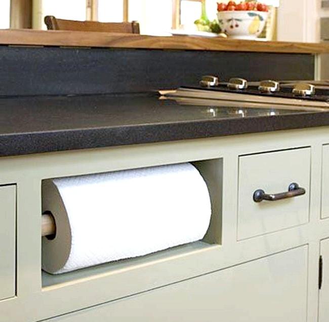 20 простих ідей, як обладнати функціональну кухню: Зручна ніша для паперових полотенец.Держатель для паперових рушників зручно помістити прямо під стільницею - для цього