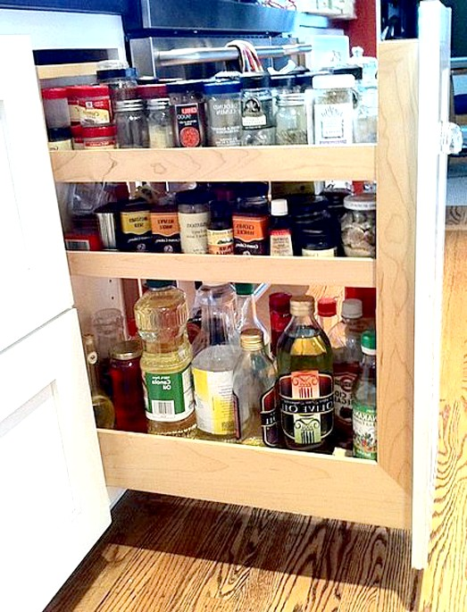 20 простих ідей, як обладнати функціональну кухню: Вертикальні ящики для спецій.В вертикальних ящиках не обов'язково зберігати пляшки - вони відмінно підійдуть, щоб розташувати