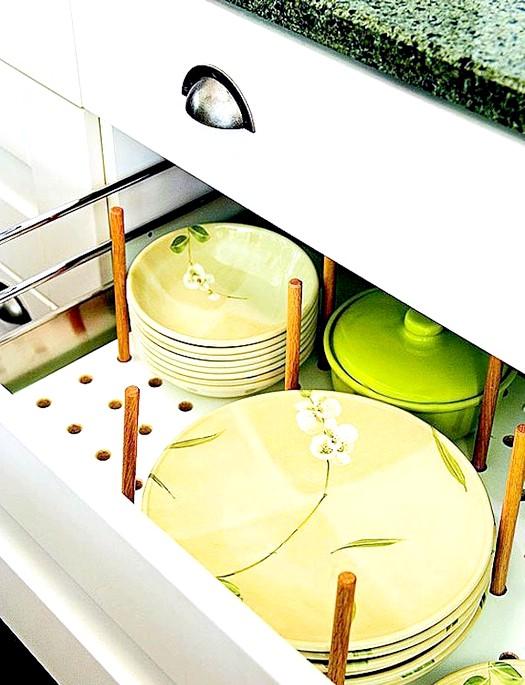20 простих ідей, як обладнати функціональну кухню: Ящик з перфорованим дном.Удобние ящики для посуду мають перфоровані дно. У нього вставляються спеціальні кілочки, що розмежовують