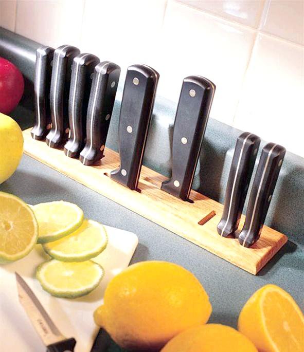 20 простих ідей, як обладнати функціональну кухню: Прорізи для ножей.Еслі під стільницею немає ніяких ящиків, можна забезпечити її прорізами, куди будуть вставлятися ножі.