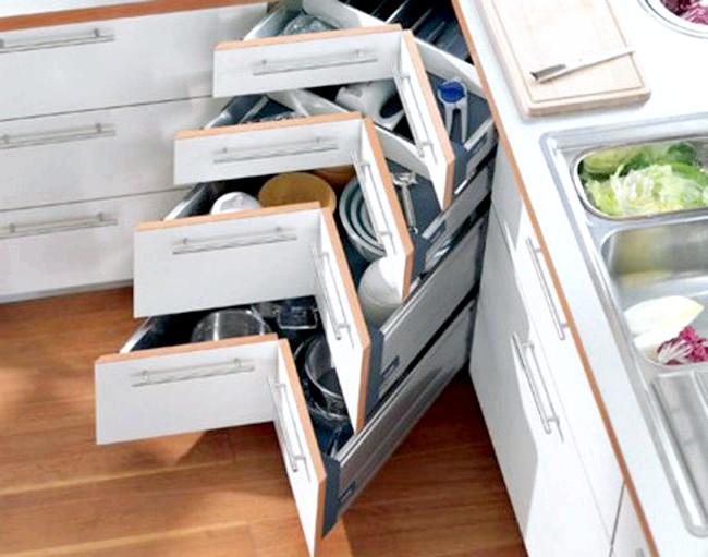 20 простих ідей, як обладнати функціональну кухню: Кутові ящики в гарнітуре.Угли часто є мертвими зонами в кухонних гарнітурах. Щоб уникнути нераціонального використання простору,