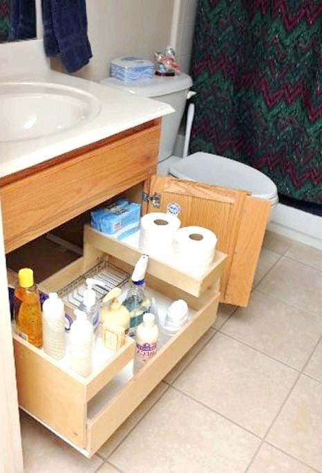 20 простих ідей, як обладнати функціональну кухню: Полка під раковиною для побутової хіміі.Место під раковиною теж варто використовувати з розумом. Навіть низька висувна