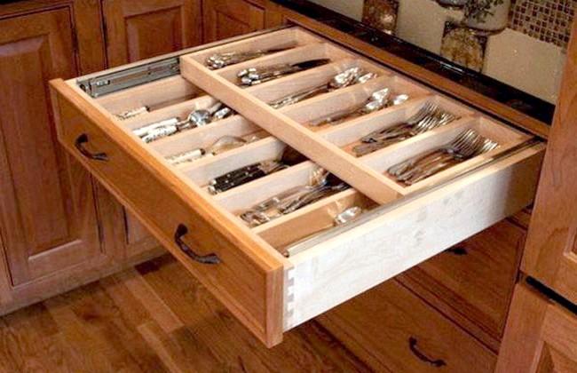 20 простих ідей, як обладнати функціональну кухню: Подвійний ящик для столових пріборов.Орігінальное рішення - висувний ящик для столових приладів, що складаються з двох рівнів.