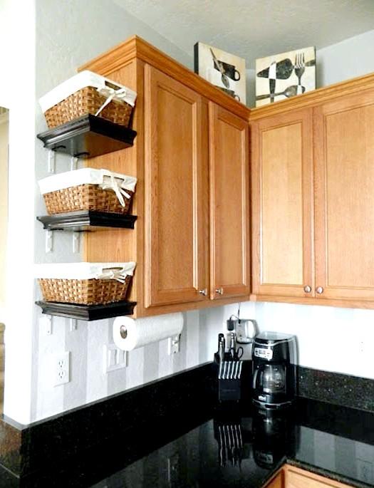 20 простих ідей, як обладнати функціональну кухню: Зручні корзини для храненія.Более великі кошики допоможуть акуратно зберігати речі на відкритих полицях або в нішах