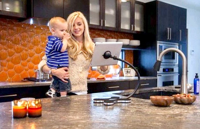 20 простих ідей, як обладнати функціональну кухню: Підставка для планшета.Для тих, хто готує, заглядаючи в планшет, випущена спеціальна стійка, яка налаштовується під будь