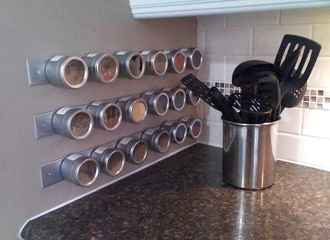 20 простих ідей, як обладнати функціональну кухню: Магнітна дошка для баночок зі спеціямі.Еслі приправи перестали поміщатися в шафку, варто купити спеціальні плоскі баночки