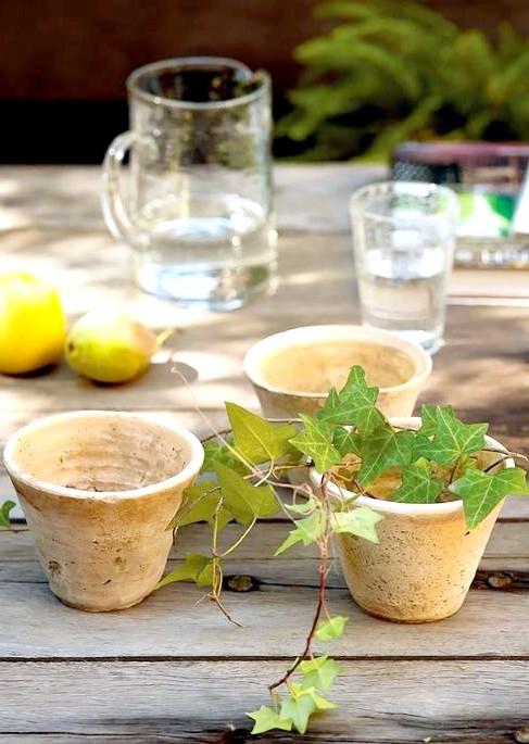 6 декоративних елементів для патіо в Вашому саду: Ідея № 4 - глиняні горщики На фотографії Ви можете бачити маленькі глиняні горщики, які чомусь ще порожні. А