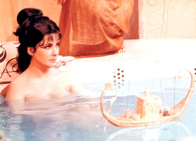 7 секретів Клеопатри для краси вашого тіла: Секрет №2: морська сіль і вершки Морська сіль і густі вершки - такий простий рецепт ідеального скрабу для тіла,