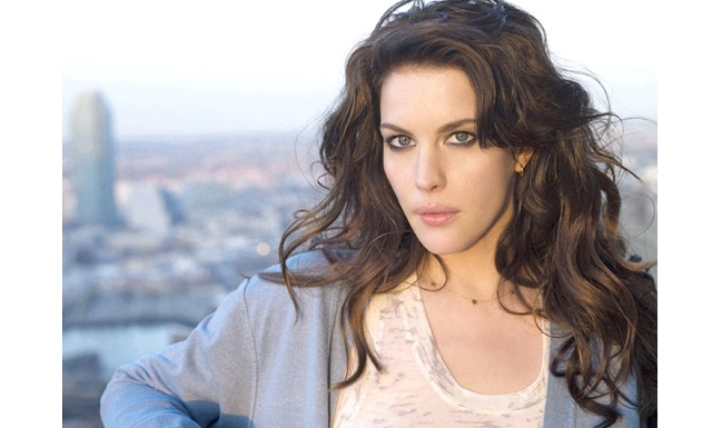 Актриса Лів Тайлер вагітна другою дитиною: Папарацці зняли [i] Лів [/ i] біля її будинку в Нью-Йорку. Актриса була в смугастій футболці і чорному комбінезоні, який підкреслював кругленький живіт.