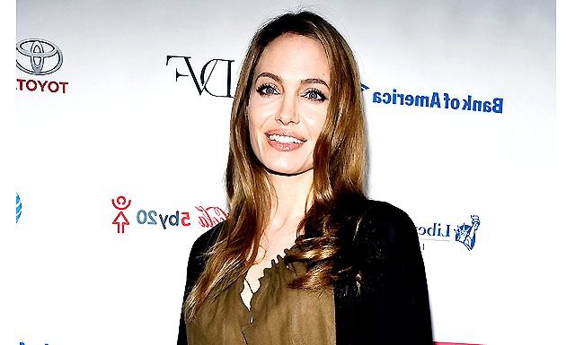 Анджеліні Джолі видалили молочні залози: Причиною подібного кроку став надто високий ризик виникнення раку молочної залози (у Енджі він склав 87 відсотків) і раку яєчників