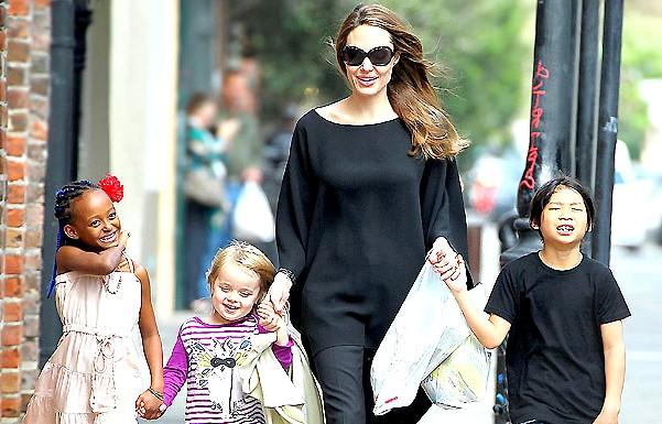 Анджеліні Джолі видалили молочні залози: На такий рішучий крок вплинула і відносно рання смерть мами актриси - вона померла від раку у віці 56 років.