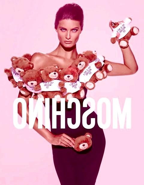 Аромат-іграшка від Moschino: Обличчям іграшкового аромату стала Ісабель Фонтана (Isabeli Fontana). Бразильську супермодель в комірі з ведмедиків відобразив фотограф Стівен Майзель (Steven Meisel).