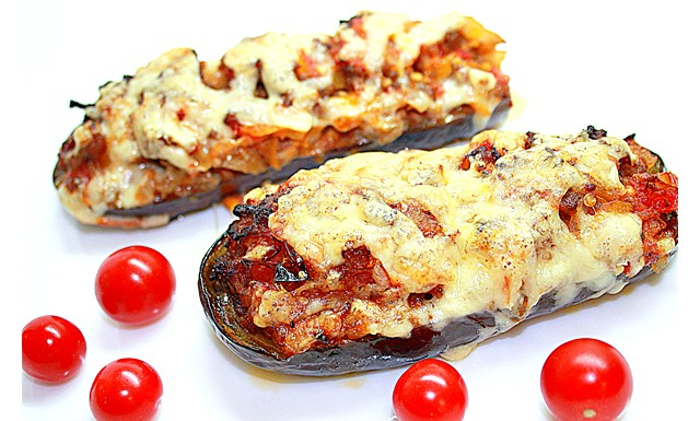 Баклажани, запечені в духовці: На дві персони знадобиться: 2 невеликих баклажана; 1 цибулина; 1 морква; 1
