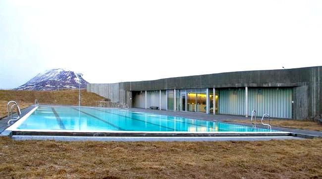 Басейн з видом на полярне сяйво: Зовнішнє освітлення комплексу виконано в мінімальному обсязі, щоб відвідувачі могли бачити зірки і полярне сяйво, яке тут часто можна спостерігати