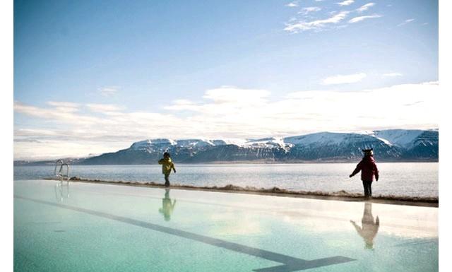 Басейн з видом на полярне сяйво: