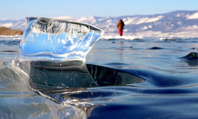 Бірюзові льоди Байкалу, чисті як сльоза: Розташований в Східному Сибіру,   Байкал є найбільшим прісноводним озером на планеті, в якому зосереджено 20 відсотків всієї прісної води, що