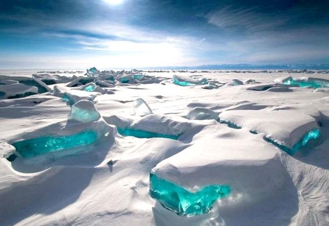 Бірюзові льоди Байкалу, чисті як сльоза: Крім цього, це найдавніше озеро в світі, якому більше 25 мільйонів років. Озеро Байкал є домом для більш ніж