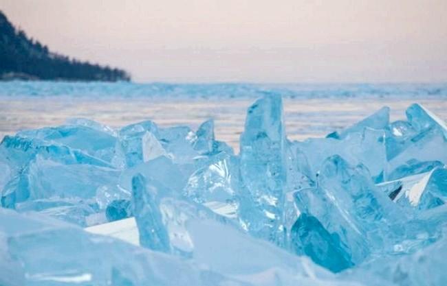 Бірюзові льоди Байкалу, чисті як сльоза: Коли озеро замерзає, то можна спостерігати дивовижний феномен: на поверхні замерзлого озера з'являються великі брили чистого як сльоза льоду, який