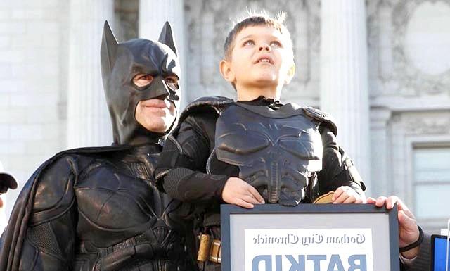 Хворий на лейкемію хлопчик на один день став Бетменом: П'ятирічний малюк Майлз бореться з лейкемією. Батьки дитини кажуть, що більше всього на світі він хотів стати помічником справжнього супергероя.
