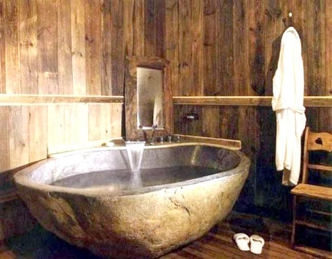 Брутальний акцент в інтер'єрі ванної кімнати: Брутальна ванна з каменю