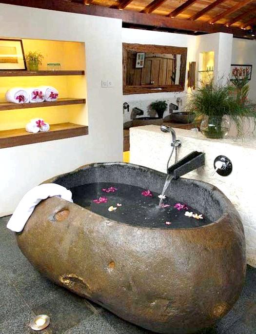 Брутальний акцент в інтер'єрі ванної кімнати: Ванна з цільного каменю