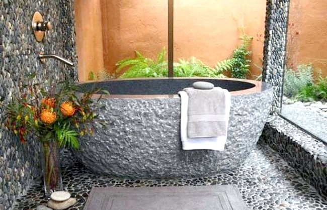 Брутальний акцент в інтер'єрі ванної кімнати: Автономна кам'яна ванна