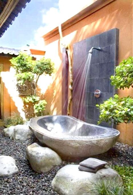 Брутальний акцент в інтер'єрі ванної кімнати: Кам'яна ванна на вулиці