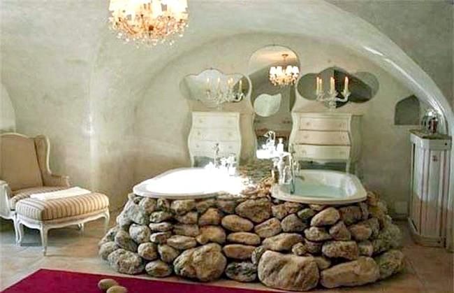 Брутальний акцент в інтер'єрі ванної кімнати: Ванна, викладена круглим каменем