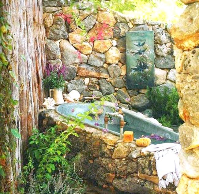 Брутальний акцент в інтер'єрі ванної кімнати: Екзотична кам'яна ванна
