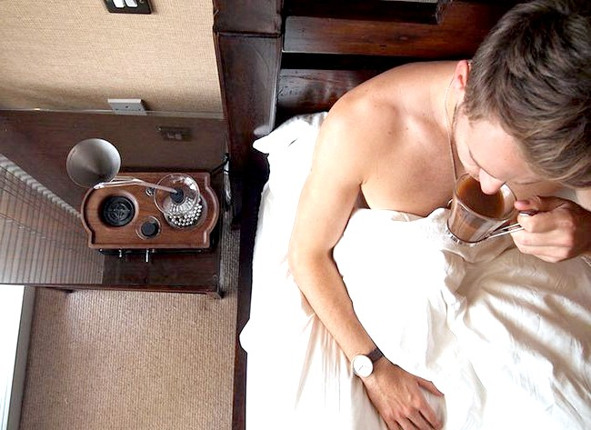 Будильник, який розбудить вас свіжим кави: Отже, в строго зазначений час аромат чашки свіжої кави розбудить вас, потрібно всього лише не забути завести цей диво-будильник кількома натисканням кнопок