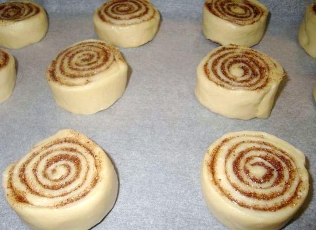 Булочки CINNABON: Форму застилає пергаментним папером і викладаємо булочки. Ставимо в розігріту до 200-220 С духовку на 30 хвилин.