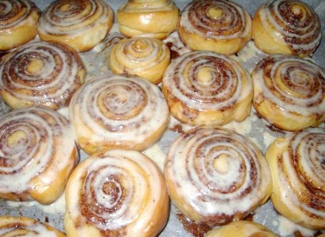 Булочки CINNABON: Як тільки наші тістечка готові, виймаємо їх з духовки і гарячими поливаємо глазур'ю. Можна дати їм трохи охолонути