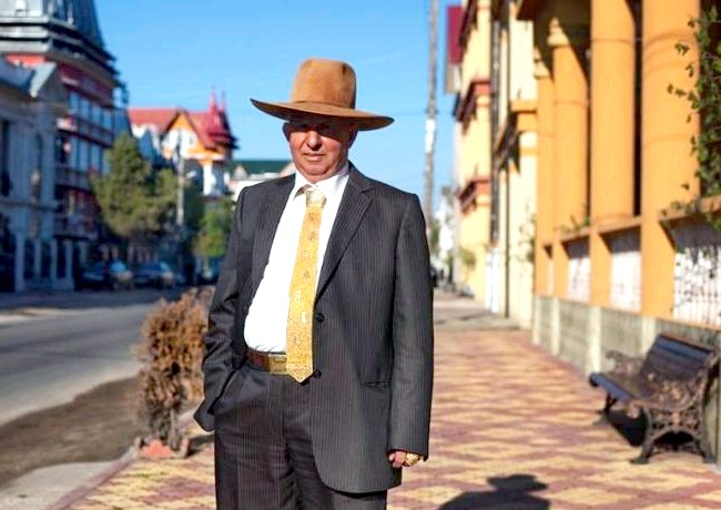 Бузеску - столиця циган-мільйонерів: Захарія Буреата в Пасхальний ранок пов'язав краватку з цільної золотої нитки, на якому виткані його ім'я і марка його машини