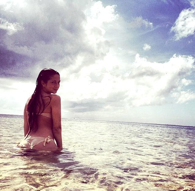 Чим займалися діти зірок на канікулах ?: Нюша, дочка Володимира Шурочкіна, учасника музичного колективу «Лагідний травень», купалася в теплих водах океану.
