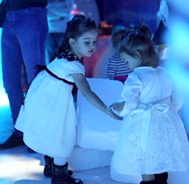 Чим займалися діти зірок на канікулах ?: Там вони зустріли Марусю Бородіну, яка разом з мамою Ксюшею приїхала поводити хоровод біля ялинки.