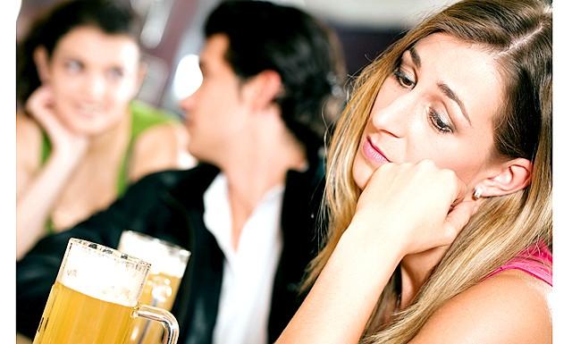 Що не варто пити на першому побаченні: Вчені переконалися: від того, що налито в склянці у пані, вона може виглядати для чоловіка більш-менш сексуальною, впевненою