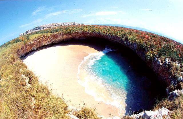 Прихований пляж на островах Марієта у Мексиці: Самі острови сформувалися тисячі років тому в результаті вулканічної активності. Прихований пляж став результатом усіх цих факторів в поєднанні з